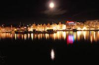 ベルゲン港と月 02350002014| 写真素材・ストックフォト・画像・イラスト素材|アマナイメージズ