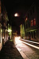 路地と月 02350002024| 写真素材・ストックフォト・画像・イラスト素材|アマナイメージズ