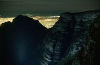テーブルマウンテンの岩肌と夜景