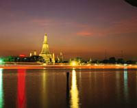 チャオプラヤー川とワット・アルン 02350002144| 写真素材・ストックフォト・画像・イラスト素材|アマナイメージズ