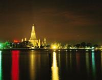 チャオプラヤー川とワット・アルン 02350002145| 写真素材・ストックフォト・画像・イラスト素材|アマナイメージズ