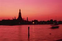 夕焼けのチャオプラヤー川とワット・アルン 02350002148| 写真素材・ストックフォト・画像・イラスト素材|アマナイメージズ