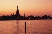 夕焼けのチャオプラヤー川とワット・アルン 02350002150| 写真素材・ストックフォト・画像・イラスト素材|アマナイメージズ