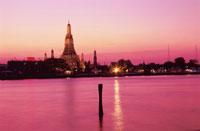 夕焼けのチャオプラヤー川とワット・アルン 02350002151| 写真素材・ストックフォト・画像・イラスト素材|アマナイメージズ