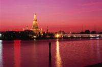 夕焼けのチャオプラヤー川とワット・アルン 02350002153| 写真素材・ストックフォト・画像・イラスト素材|アマナイメージズ