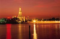 夕焼けのチャオプラヤー川とワット・アルン 02350002154| 写真素材・ストックフォト・画像・イラスト素材|アマナイメージズ