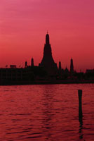 夕焼けのチャオプラヤー川とワット・アルン