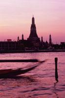 夕焼けのチャオプラヤー川とワット・アルン 02350002157| 写真素材・ストックフォト・画像・イラスト素材|アマナイメージズ