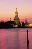 夕焼けのチャオプラヤー川とワット・アルン 02350002158| 写真素材・ストックフォト・画像・イラスト素材|アマナイメージズ
