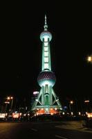ライトアップされる東方明珠塔