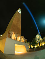 ラスベガスブルーバード(ストリップ)の夜景 ルクソール付近