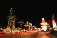 ラスベガスブルーバード(ストリップ)の夜景 02350002436| 写真素材・ストックフォト・画像・イラスト素材|アマナイメージズ
