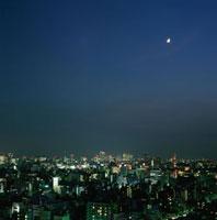 浅草から望む新宿遠望と三日月 02350002477| 写真素材・ストックフォト・画像・イラスト素材|アマナイメージズ