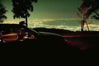 車と夜景 02350002503| 写真素材・ストックフォト・画像・イラスト素材|アマナイメージズ