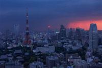 浜松町から望む東京タワーと新宿方面の夜景 02350002546| 写真素材・ストックフォト・画像・イラスト素材|アマナイメージズ