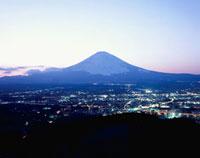 東田中付近から望む御殿場市街と富士山
