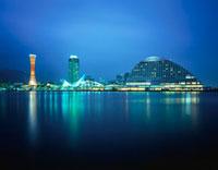 神戸ハーバーランドから望むポートタワーと神戸海洋博物館