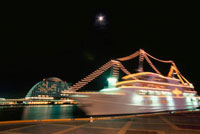 神戸ハーバーランドから望む月と観光船