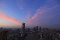 勝どきより望む隅田川と聖路加タワーと東京スカイツリーの夕暮れ