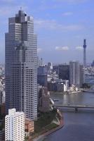 勝どきより隅田川と聖路加タワーと東京スカイツリーを望む 02350002711| 写真素材・ストックフォト・画像・イラスト素材|アマナイメージズ