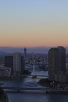 勝どきより望む隅田川と東京スカイツリーの夕暮れ 02350002735| 写真素材・ストックフォト・画像・イラスト素材|アマナイメージズ