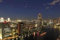 勝どきより隅田川と聖路加タワーと東京スカイツリーの夜景を望む
