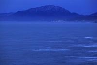 良寛と夕日の丘公園から眺める弥彦山と日本海の夕景