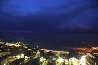 良寛と夕日の丘公園から眺める日本海と出雲崎町の夜景