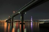 平成ヶ浜付近から眺める広島呉道路(手前)と海田大橋の夜景