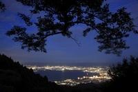 比叡山ドライブウェイから望む大津市街と琵琶湖の夜景 02350002864| 写真素材・ストックフォト・画像・イラスト素材|アマナイメージズ