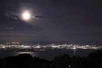 比叡山ドライブウェイから望む月と琵琶湖の夜景