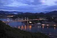 浄土寺山展望台から望む尾道水道と尾道大橋の夕景