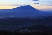 岩山公園から望む盛岡市街と岩手山の夕景