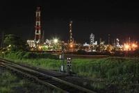 水島臨海本線の線路と水島コンビナートの夜景