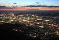 皿倉山から眺める北九州の夜景と響灘の漁り火