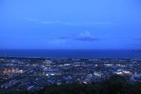 愛宕山公園から眺める延岡市街と日向灘の夕景 02350002948| 写真素材・ストックフォト・画像・イラスト素材|アマナイメージズ