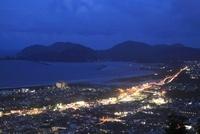 愛宕山公園から眺める延岡市街と日向灘の夕景