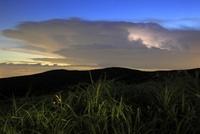 阿蘇ミルクロードから雷で光る雲を眺める