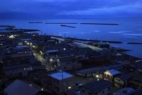 良寛と夕日の丘公園から眺める日本海と出雲崎町の夕景