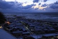 良寛と夕日の丘公園から眺める日本海と雪の出雲崎町の夕景 02350002973| 写真素材・ストックフォト・画像・イラスト素材|アマナイメージズ