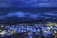 良寛と夕日の丘公園から眺める日本海と雪の出雲崎町の夕景