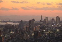 神戸市灘区付近から眺める神戸港と三宮方面の夕景 02350002984| 写真素材・ストックフォト・画像・イラスト素材|アマナイメージズ
