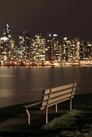 スタンレーパークのベンチとウォータフロントのビル群の夜景
