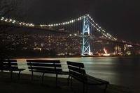 スタンレーパークのベンチとライオンズゲートブリッジの夜景