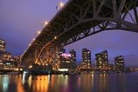 グランビル橋とマンション群の夜景 02350003037| 写真素材・ストックフォト・画像・イラスト素材|アマナイメージズ