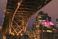 グランビル橋とマンションの夜景 02350003039| 写真素材・ストックフォト・画像・イラスト素材|アマナイメージズ