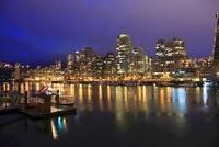グランビルアイランドから望むマンション群の夜景 02350003040| 写真素材・ストックフォト・画像・イラスト素材|アマナイメージズ