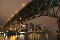 グランビル橋とマンション群の夜景 02350003042| 写真素材・ストックフォト・画像・イラスト素材|アマナイメージズ