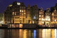 アムステル川のボートハウスと運河の夜景