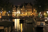 アムステルダムのボートハウスと運河の夜景